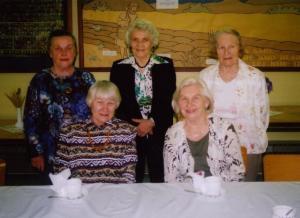 Peoõhtu kokad, ees vas. Agnes Paju ja Nelly Hubel, taga Irje-Ann Pihlberg,  Helju Kruuv ja Virve Leesma. Foto: P.R. - pics/2008/05/19990_1_t.jpg