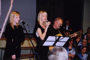 Laulavad Peeter Kopvillem ja ta tütred Keila (vas.) ja Leiki. Foto: I. Lillevars - pics/2008/05/19998_2_t.jpg