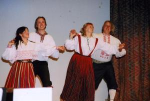 """Tantsulist elamust pakkusid TERR """"Kungla"""" rahvatantsijad: vas. Katrina Sehr, Allan Marley, Heili Furniss, Paul Marley. Foto: I. Lillevars - pics/2008/05/19998_3_t.jpg"""