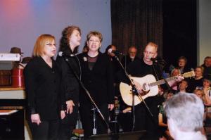Esinevad Lindau õed: vas. Reet, Juulia ja Rosemarie, kitarril Peeter Kopvillem. Foto: I. Lillevars     - pics/2008/05/19998_4_t.jpg