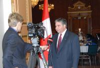 The Honourable Peter Van Loan, co-chair of the Parliamentary Sponsoring Committee - pics/2008/05/20007_4_t.jpg