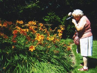Linda Püssa kaameraga lillede keskel. - pics/2008/05/_5_t.jpg