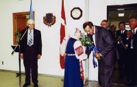 Oldi Põder ulatamas president Toomas Hendrik Ilvesele lillekimpu. Mikrofoni juures Ervin Aleve. Foro: L. Püssa.   - pics/2008/06/20069_1_t.jpg