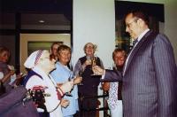 President Ilves (par.)  lõi klaase kokku Ehatare elanike ja töötajatega. Vas. Oldi Põder, Malle Roose, Herman Pallas ja Ester Mandra. Foto: Linda Püssa. - pics/2008/06/20069_3_t.jpg