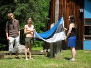 Lief Tiltins (vas.), Krista Leetmaa ja Liana Kohlap Eesti lippu heiskamas.   Foto: MES       - pics/2008/06/20273_1_t.jpg