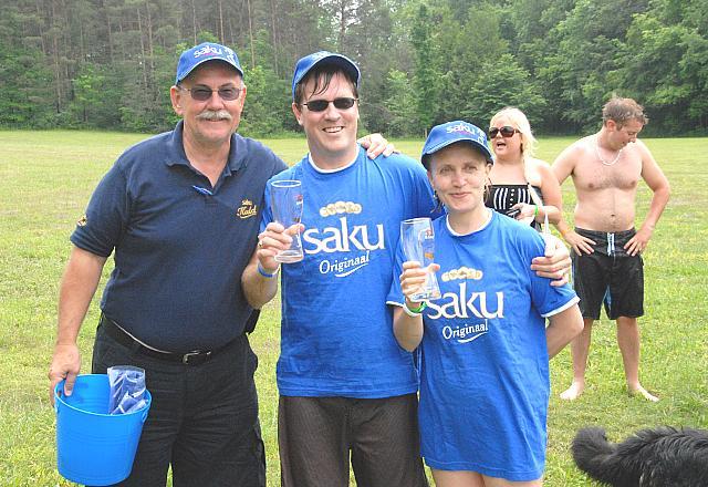 Võistluse võitjad John ja Liisa Käärid (paremal) ja Jaan Schäer Saku esindajana  - pics/2008/06/20285_12.jpg