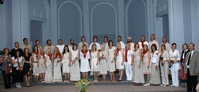 E Stuudio kammerkoor pärast õnnestunud kontserti Ottawa Ülikooli Tabaret Hall'is koos oma saatjate ja vastuvõtjatega.  Foto: Peeter Bush     - pics/2008/07/20371_1_t.jpg