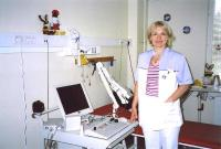 Neurofüsioloog Kaidi Lunge tutvustab neuromonitori, mis on samuti Kanada eestlaste abiga muretsetud. Seda aparaati kasutatakse uuringutel ning lülisamba korrektsiooni jm. operatsioonidel. Dr. Lunge käis ise Wisconsinis  aparaate valmistava firma keskuses sellealaseid teadmisi omandamas. Foto: K.Tensuda - pics/2008/07/20377_4_t.jpg