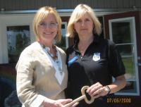 Elva Palo ja Linda Karuks Timmase Kunstitare ees selle sümboolse võtmega.  Foto: V. Rannu     - pics/2008/07/20379_1_t.jpg