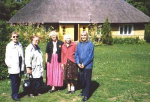Loo autor Naima Aer (paremal) ja tema õde Elvi (vasakul) koos sugulastega isa sünnikohas Muhus ajaloolises Koguva külas 2006. aastal.         Eestlased eriti kardavad näidata oma tundeid. Nad ei ole sellised kui kanadalased, või veel vähem kui ameeriklased, kes ütlevad otse välja, mida nad mõtlevad.      Meil oli varem väike suvila Jõekäärul. Kui me algul seal jalutasime ja mõni teine eestlane tuli meile vastu (eriti vanem eestlane, kes ei olnud siin üles kasvanud), siis ta ei vaadanud üldse meie peale ega teinud meist välja isegi siis, kui ta läks nii lähedalt mööda, et peaaegu puudutas meid. Nüüd see enam nii ei ole. Kõik on kanadalastelt õppinud ja on palju sõbralikumad. Eestlased on aga üldiselt rohkem tagasihoidlikud ja ei torma teistele ligi. Enamasti nad ootavad, et teine inimene ligineks nendele.      Harva leidub eestlast, kelle seesmised tunded on nii selgelt näha tema näos ja silmades, et iga vähegi tundeline inimene võib neid sealt lugeda. See on tõesti haruldane eestlane, kellest peab lugu pidama.      Mõned aastad tagasi, kui ma olin Eesti Maja Kunstikomitee liige, tegutsesin ma tihti Eesti Majas ja kohtasin palju inimesi. Mitmed nendest olid alles hiljuti Eestist siia elama tulnud. Algul nad olid väga tagasihoidlikud ega rääkinud üldse oma elust Eestis. Nad hoidsid omavahel kokku. Ükskord aga tuli juttu sellest, et kanadalased ei tea midagi meie minevikust. Ma soovitasin rääkida sellest kanadalastest naabritele ja teistele. Vastus oli, et ei julge seda teha. Võibolla see kanadalane kaebab nende peale. Küsisin endalt, et kellele võiks ta kaevata? Meie siin ei ole harjunud niisuguse mõttega, sest meie, eriti nooremad inimesed, ei ole elanud niisuguses ühiskonnas kui eestlased vene ajal Eestis. Pikapeale, kui saadi juba minuga rohkem tuttavaks, siis räägiti oma elust Eestis. Räägiti ka oma raskustest ja muredest, sugulaste ja tuttavate küüditamisest, kurbadest mälestustest. Tundsin rõõmu, et mind oli usaldatud ja omaks võetud.      Nüüd on sellest palju 