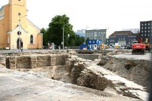 Jaani kiriku taustal on näha väljakaevatud teravnurkse tulepesadega kindlustust ehk tenaili. Praegu välja tulnud müür on kindlustuse piire, linna pool (vaataja pool) oli see täidetud mullamäega. Ingeri bastioni (Harjumäe) ja selle kindlustusmüürid rajasid rootslased 17. sajandi lõpul. Tegemist on haruldase kolmeastmelise bastioniga, mida ei leidu üheski Eesti lähiriigis, seletab Eesti Muinsuskaitse Seltsi esimees Jaan Tamm.         - pics/2008/07/20469_1_t.jpg