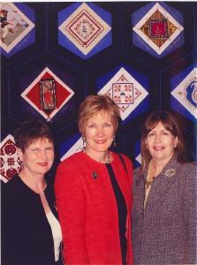 Ellen, Maaja ja Helle eesti bloki ees (üleval keskel) avamisel, Museum of Civilization, Ottawa, aprill 2005. - pics/2008/08/20526_1.jpg