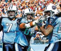 Vas. esimene Michael Roos, Tennessee Titans¹i ründeliini vasakpoolne mängija.   Fotot: internetist - pics/2008/08/20602_2_t.jpg