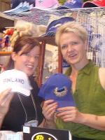 Soomlanna Anna Marie Lampela ja eestlanna Siiri Ruccella CNE-l oma kaupa pakkumas.  Foto: Adu Raudkivi     - pics/2008/08/20746_2_t.jpg
