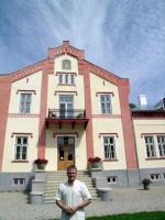 Imre Sooäär Pädaste mõisa renoveeritud peamaja ees.     Foto: V. Külvet           Foto: erakogust                  - pics/2008/08/20749_2_t.jpg