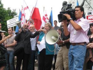 Marju Rink-Abel loeb Valge Maja ees ette EANC avaldust seoses Venemaa invasiooniga Gruusiasse. Foto: JBANC võrgulehelt - pics/2008/08/20764_1_t.jpg