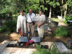Õdedega vanemate haual Alatskivi kalmistul. Foto: E. Purje     - pics/2008/08/20766_1_t.jpg