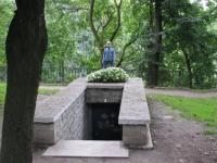 Siin on üks sissepääs Bastioni salakäiku. Lillede taga seisab Mari Timmusk.  Foto: E. Timmusk - pics/2008/09/20897_2_t.jpg