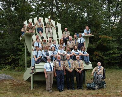 Pildil on juhid kogunenud Muskoka 2008 laagris ehitatud tooli juurde - Muskokas suurim selline tool! Foto: Enno Agur - pics/2008/09/20962_1_t.jpg