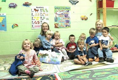 TES Lasteaia I. keeletäiendus klassis osalesid 3. aastased lapsed esimest korda őpetajatega ja mitte vanematega.  Tagumises reas on klassi őpetajad Piret Osso ja Katre Kink. - pics/2008/09/20974_2_t.jpg