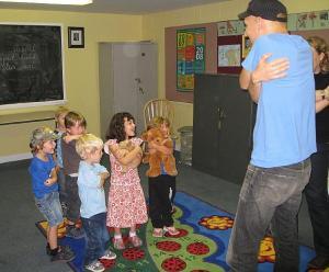 Lasteaia II klass laulutunnis. - pics/2008/09/20974_3_t.jpg