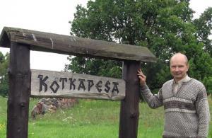 Kalev Kotkas oma talu nimesildi kõrval  Emmaste vallas Hiiumaal.  Foto:  V. Külvet - pics/2008/09/21093_1_t.jpg