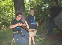 Mägironimist Metsaülikoolis tutvustanud Martin Roos kinnitamas poeg Oscarile ronimisrakmeid. Järgmisena kohtusid nad juba kõrgel Kotkajärve puu otsas.        Foto: Jaan Roos                         - pics/2008/09/21095_1_t.jpg