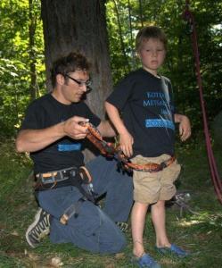 Mägironimist Metsaülikoolis tutvustanud Martin Roos kinnitamas poeg Oscarile ronimisrakmeid. Järgmisena kohtusid nad juba kõrgel Kotkajärve puu otsas. Foto: Jaan Roos - pics/2008/09/21095_5_t.jpg