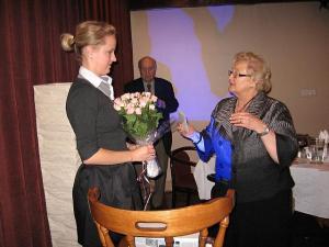 Esinaine Helju Salumets tänab Kaili Luppi pärast ettekannet.  Foto: E. Purje    - pics/2008/09/21117_1_t.jpg