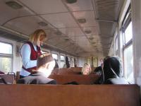 Noor konduktor Tallinn-Viljandi rongis pileteid müümas.  Foto: Viido Polikarpus - pics/2008/10/21165_2_t.jpg