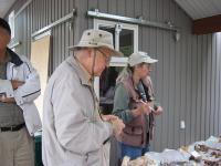 Vello Soots ja ta kaasa Pat panid kõikidele seenesortidele külge ladina-,inglis- ja eestikeelsed nimed. Foto: Helge Kurm     - pics/2008/10/21167_1_t.jpg