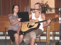 Laulavad Lisa (vas.) ja Krista Paivel. Foto: Marika Wilbiks - pics/2008/10/21172_2_t.jpg