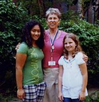 Roosi (keskel) koos vabatahtlike abiliste Melissa (14) ja Jessicaga (11). Foto: L. Püssa   - pics/2008/10/21181_1_t.jpg