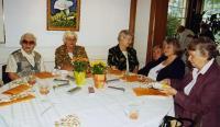 Vas.: O. Põder, M. Kask, H. Kuutma, R. McFarlane, M. Soots ja S. Lepp vabatahtlike pealelõunal. Foto: L. Püssa - pics/2008/10/21181_2_t.jpg