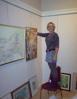 EKKT asepresident Elva Palo näituse pilte üles riputamas. - pics/2008/10/21184_4_t.jpg