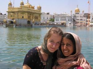 Annike koos india-kanadalasest sõbranna Pamelaga Punjabi pealinnas Amritsar'is, tagaplaanil The Golden Temple.    - pics/2008/10/21274_1_t.jpg