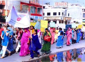 Annike (ees silti hoidmas) oma projektiga protestimas selektiivsete abortide vastu. Protestid toimusid kolmes linnas, kus oli suurem poiste  osakaal. - pics/2008/10/21274_3_t.jpg