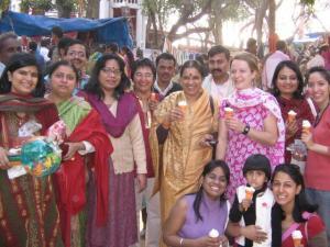 Annike (taga par. kolmas) koos töökaaslastega Valentinipäeval karnevalil jäätist söömas.   - pics/2008/10/21274_4_t.jpg