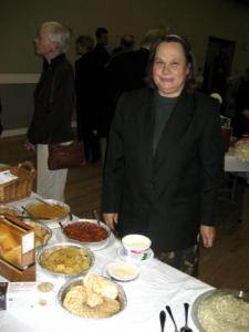 Ivy Hõbe Marciniak oma toiduproovidega.      - pics/2008/10/21335_3_t.jpg