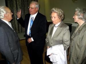 Dr. Põldre selgitab oma loengut Dr. Hans Sepale, paremal Ilme Sepp ja Irene Loosberg. - pics/2008/10/21335_4_t.jpg