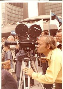 ESTO 1972  Edgar Väär filmimas, tagaplaanil lehvib Eesti sini-must-valge.  Foto: erakogust - pics/2008/10/21346_4_t.jpg