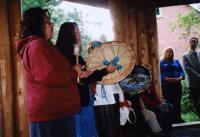 Pärismaalastest naised laulmas trummide saatel. - pics/2008/10/21401_2_t.jpg
