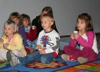 Neljas klass  filmi jälgimas.  Foto: Tauno Mölder  - pics/2008/10/21482_2_t.jpg