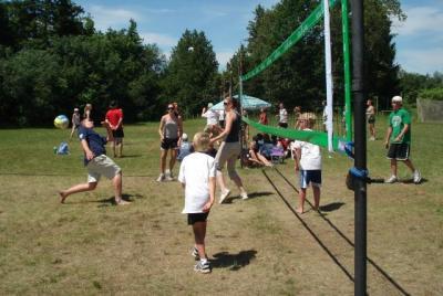 (võrkpall 3) Jõekääru ja Seedrioru suvelaagrite noored mängimas. Foto: Linda   Karuks - pics/2008/10/21491_4_t.jpg