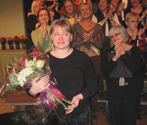 Kontserdi lõpp. Dirigent Heli Jürgenson lilledega.  Foto: E. Purje   - pics/2008/10/21498_1_t.jpg