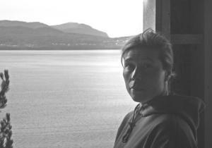 Urve Manuel oma valmiva stuudio aknal, taustal Humber Arm'i laht ja Blow Me Down mäed  Foto: A. Voitk   - pics/2008/11/21600_1_t.jpg