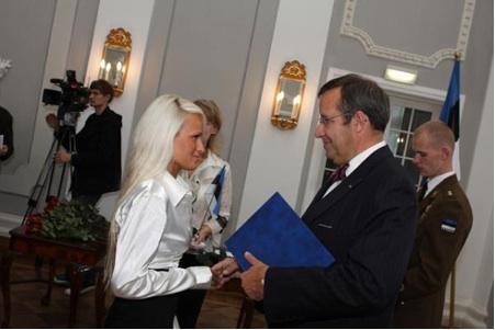 President Ilves jagamas kodakondsuse tunnistusi Kadrioru lossis 30.  septembril.   - pics/2008/11/21611_1.jpg