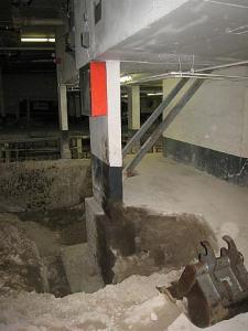 Kriitiline post, mille kõrvale tuleb kaevata tõstuki jaoks 5m    sügavune auk, ilma et post ei liiguks. Foto: Jüri Laansoo - pics/2008/11/21615_4_t.jpg