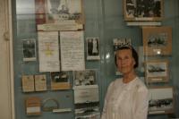 Emilie Gams muuseumis Gamsside (Hamsside) perekonna eksponaatide juures.  Foto: Tiit Pruuli     - pics/2008/11/21702_1_t.jpg