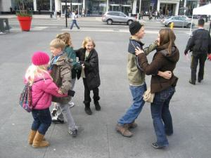 Ainuke grupp, kes julges Toronto südalinnas eesti rahvatantsu lüüa.  Foto: K. Mirka - pics/2008/11/21708_1_t.jpg